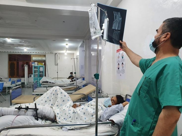 En la sala de urgencias de nuestra unidad de traumatología en Kunduz, un médico examina la radiografía de un paciente que ha sufrido una fractura en su pierna debido a la explosión de una bomba. Afganistán, julio de 2021