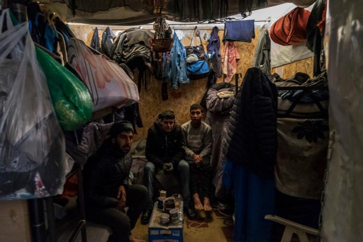 Solicitantes de asilo en el campamento de Vial en la isla griega de Chios están hacinados en contenedores con personas desconocidas. Febrero de 2019