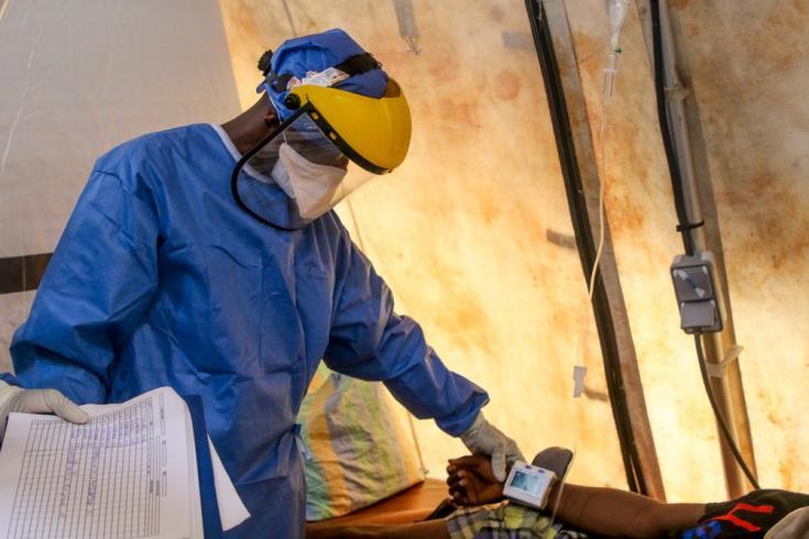 Nuestro personal de salud revisa a un paciente con COVID-19 en el hospital Saint-Joseph al que apoyamos en Kinshasa. República Democrática del Congo, mayo de 2020