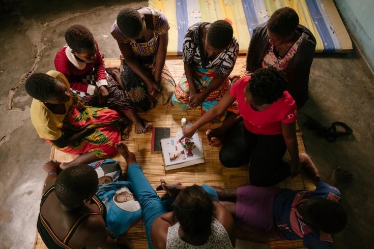 Mujeres en una sesión de promoción de su salud sexual y reproductiva