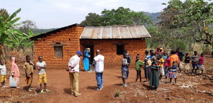 Equipo de pulverizadores de Médicos Sin Fronteras rociando una casa en el distrito de Kinyinya con un aerosol antimosquitos, para prevenir la malaria. Octubre de 2019