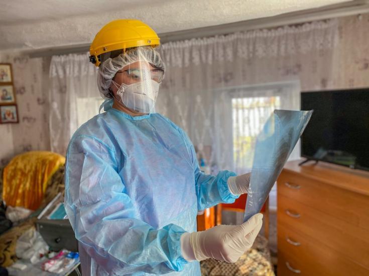 Médica de MSF revisando una placa de rayos X