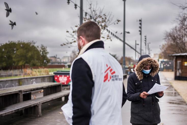 MSF estableció clínicas móviles en París, Francia.