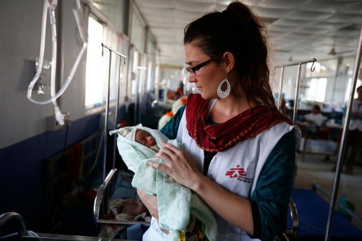 Sophie, una enfermera de MSF, con un bebé en el hospital de MSF en Kutupalong