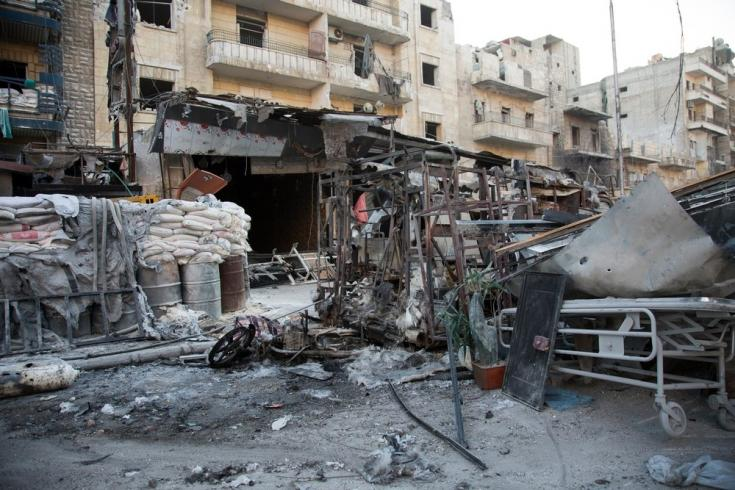 2016: Una población atrapada. Abril de 2016: Alepo está bajo fuego y, según los informes, la gente no tiene más remedio que quedarse y morir.