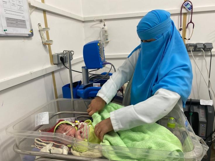 """Najla'a Mujeeb es enfermera neonatal de un hospital que apoyamos en Khamer. """"Para ser honesta, cuando los bebés mueren me siento deprimida, siento que perdí a uno de los míos. Pero cuando salvamos vidas, me siento tan feliz y satisfecha"""". Noviembre de 202"""