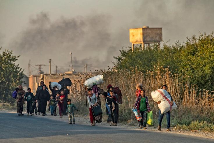 En octubre de 2019, tras el lanzamiento de las operaciones militares turcas en el norte de Siria, los residentes huyen de las ciudades y pueblos a lo largo de la frontera para escapar de los intensos bombardeos.