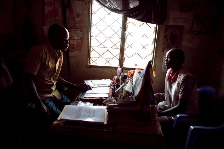 Nadia, nuestra agente comunitaria, habla con Étienne Oumba, fundador y presidente de la Asociación de Víctimas Unidas de República Centroafricana. Cuenta que uno de los principales retos es la inseguridad