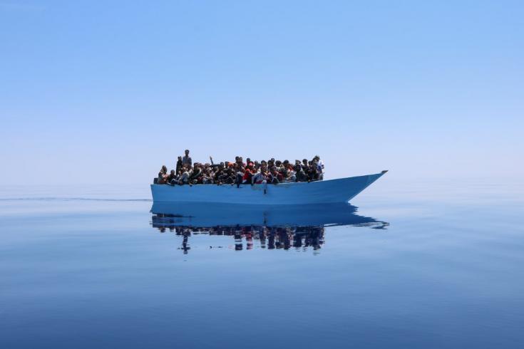 El 12 de junio localizamos este bote con casi un centenar de personas intentando cruzar el Mar Mediterráneo. 12/6/2021