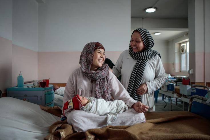 Zakia, de 32 años, sonríe junto a su madre Sakina, poco después de dar a luz a mellizos en nuestra maternidad en Dashte Barchi al suroeste de Kabul. Afganistán, diciembre de 2019