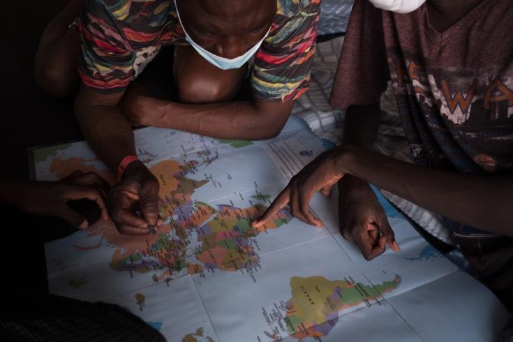 Usando un mapa, las personas rescatadas por el Geo Barents explican cómo fue su viaje a Libia desde sus países de origen. Mar Mediterráneo, agosto de 2021
