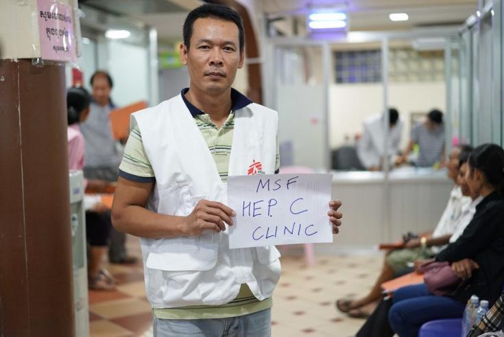 Un enfermero de MSF en nuestra clínica de Hepatitis C en el Hospital Preah Kossamak, en Phnom Penh. Camboya, abril de 2017.