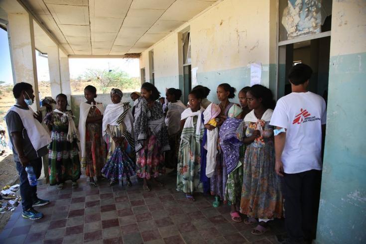 Mujeres esperan a ser atendidas por nuestro equipo en una clínica móvil en la aldea de Adiftaw, Tigray, Etiopía. Marzo de 2021