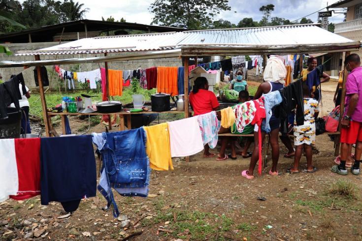 Los albergues en el municipio de Roberto Payán no son suficientes para la cantidad de familias que han llegado, por lo cual la población también se ha instalado en las calles. Colombia, julio de 2021