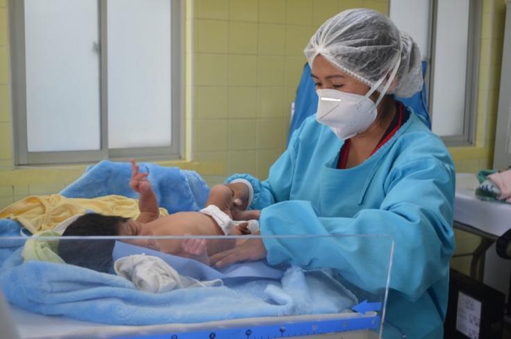 Una de nuestras enfermeras realiza la adaptación de un bebé recién nacido en el Centro de Salud San Roque, en la ciudad de El Alto. Bolivia, abril de 2021
