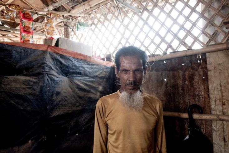 """Amir Ali tiene 65 años y es un refugiado rohingya. En esta imagen, está dentro de su refugio en el área del campamento de Balukhali, en Cox's Bazar. """"Mi mayor temor es no poder volver a Myanmar"""", confiesa. Bangladesh, junio de 2021"""