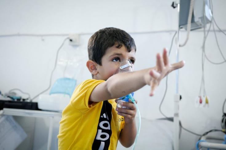 2013: aumentan las necesidades de los sirios. En agosto de 2013, equipos médicos de tres hospitales que apoyados en la provincia de Damasco admiten a 3.600 pacientes con síntomas neurotóxicos en menos de tres horas.