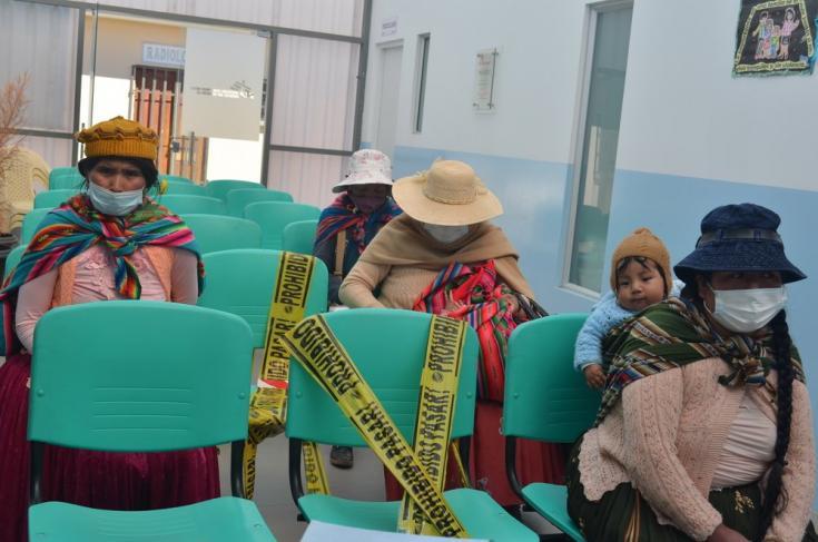 Mujeres en la sala de espera del Centro de Salud Franz Tamayo en la ciudad de El Alto. Bolivia, abril de 2021