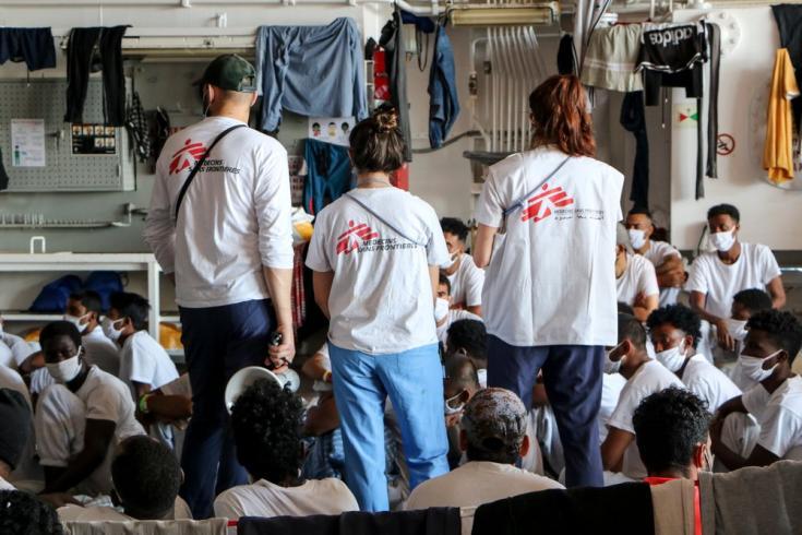 Las personas rescatadas en el Mar Mediterráneo central son atendidas por nuestro personal médico a bordo del Geo Barents. Junio de 2021