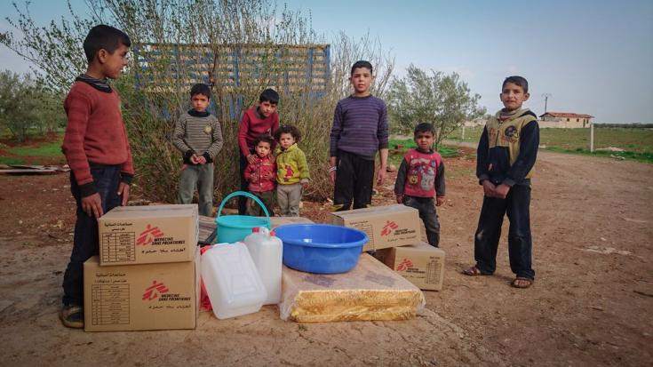 En abril de 2017, después de que unas 30,000 personas huyen de Dara'a, MSF organiza una distribución de emergencia de artículos de socorro esenciales a las familias desplazadas.