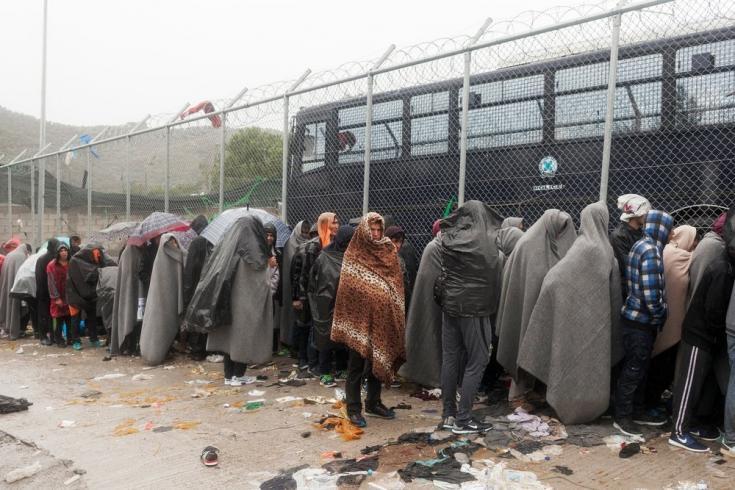 Personas refugiadas esperan bajo la lluvia a ser registradas en el Centro de Recepción e Identificación del campo de Moria, en la isla de Lesbos. Octubre de 2015