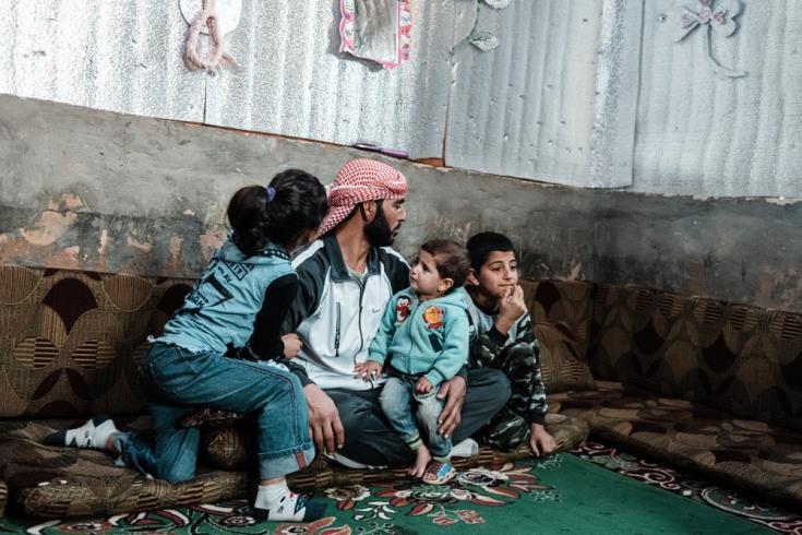 Ahmed es un refugiado sirio que llegó al Líbano en 2015 junto a su mujer y sus cuatro hijos. Desde entonces, han estado viviendo en un asentamiento informal de tiendas de campaña. Líbano, diciembre de 2020