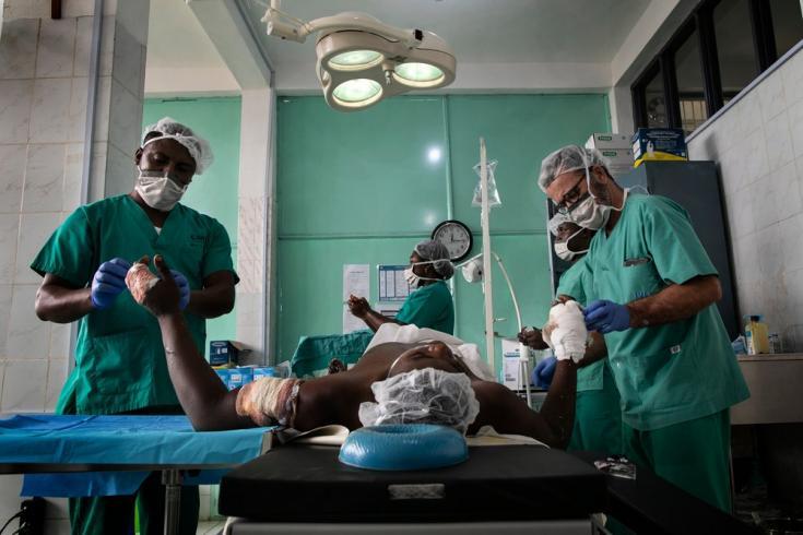 En el hospital Santa María Soledad en Bamenda, nuestros cirujanos atienden a un hombre que fue atacado y recibió cinco disparos. Camerún, marzo de 2020