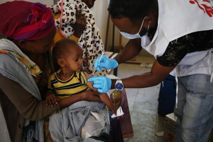 Un niño es vacunado en una clínica móvil en un centro de salud de Sebeya, Tigray, Etiopía. Marzo de 2021