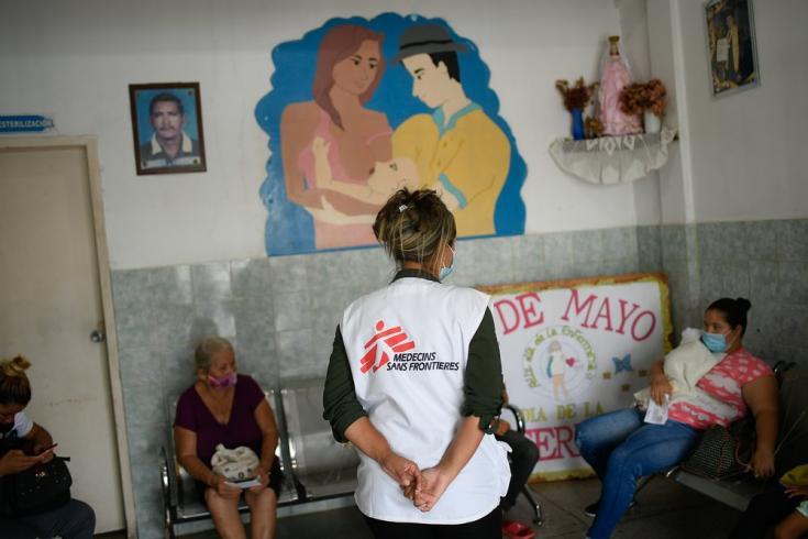 En las salas de espera de los centros de salud del estado Sucre, nuestros equipos de promoción de la salud explican la importancia de las consultas prenatales y posnatales y de la lactancia materna. Venezuela, mayo de 2021