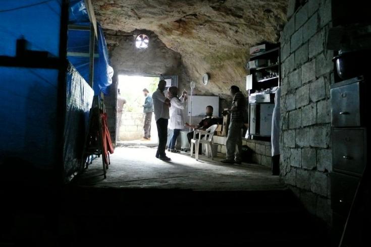 En agosto de 2012, cerca de la frontera de Siria con Turquía, MSF instala un hospital dentro de una cueva y crea allí una unidad quirúrgica estéril.