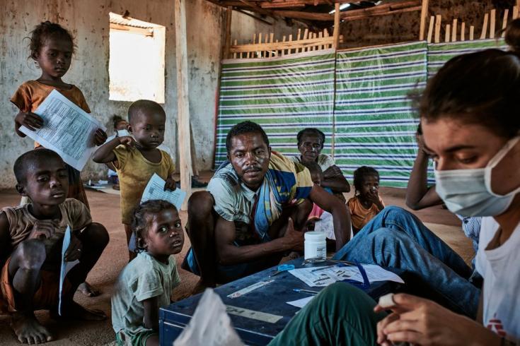 """Maraignavy (37 años) y sus cinco hijos, quienes sufren desnutrición, y caminaron durante cuatro horas desde Ambohimaivo para llegar a nuestra clínica móvil en Ranobe. Dice: """"Todo lo que tengo para alimentar a mi familia es lo que logro cultivar"""""""