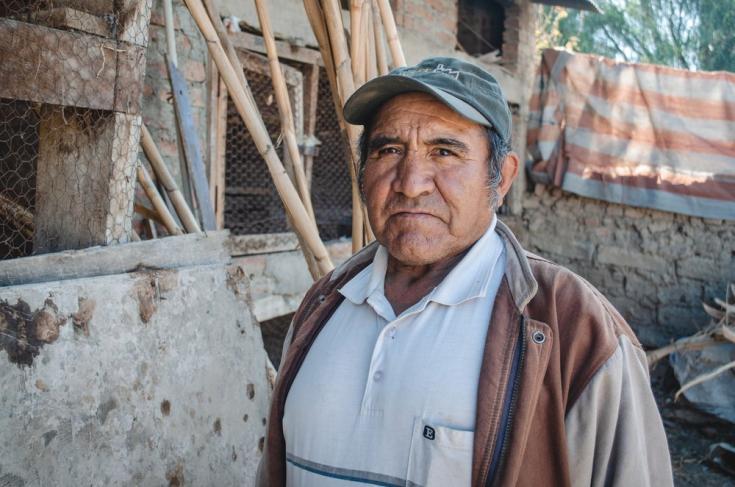 Máximo Valeriano Martinez, de Cochabamba, dudaba sobre si vacunarse o no, debido a que había escuchado y leído mucha desinformación en su celular. Después de hablar con nuestros equipos, decidió darse la vacuna. Bolivia, agosto de 2021