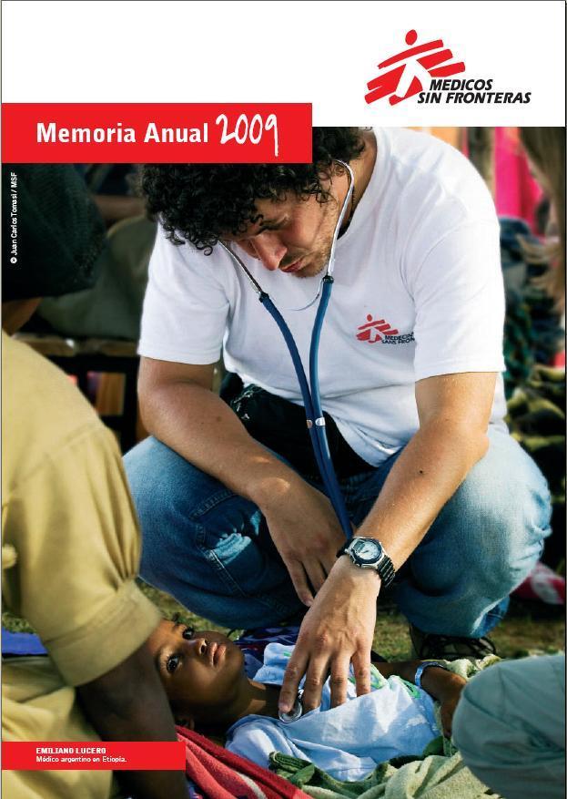 Emiliano Lucero, médico argentino atendiendo a una niña en Etiopía.