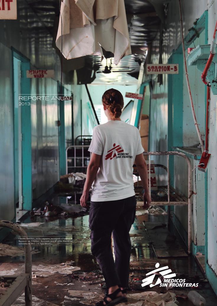 Carolina Nanclares, médica argentina, recorriendo el hospital de Burauen, en Filipinas, destruido por el tifón Haiyán en noviembre de 2013.