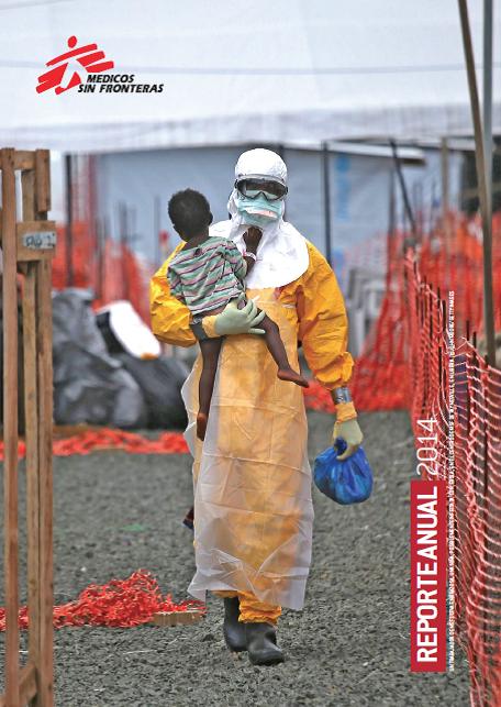 Un trabajador de Médicos Sin Fronteras lleva en brazos a una niña, posiblemente infectada con ébola, en el centro de Paynesville, Liberia.