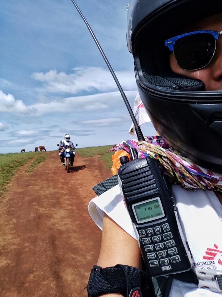 Enfermera subida en la moto camino a Muliza