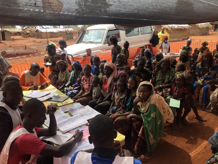 Mujeres y niños esperando ser vacunados