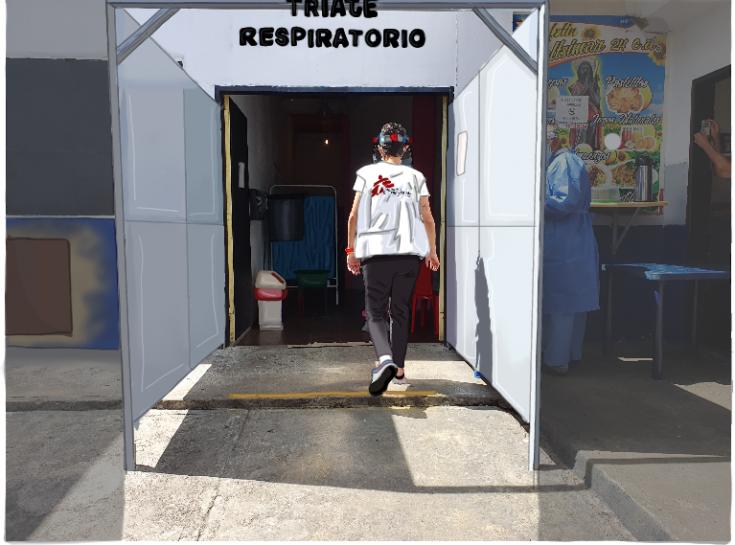 Sandra Picón, psicóloga clínica de MSF, atiende a familiares de pacientes hospitalizados en la sala COVID- 19 del Hospital Vargas de Caracas, Venezuela, brindando herramientas emocionales y personales que ayudan a manejar las malas noticias.