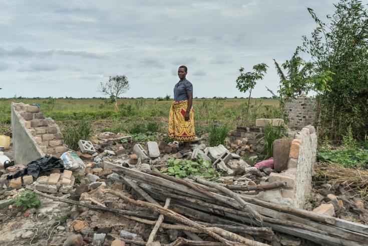 Mujer con casa destruida por el ciclón en Mozambique