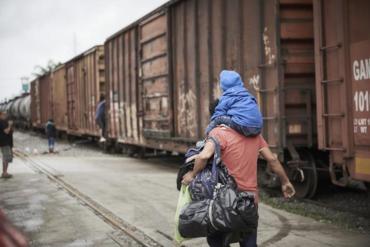 Padre y niño migrantes en México