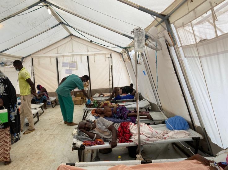 Una enfermera administrando una solución de rehidratación oral a un niño infectado con cólera en el Centro de Tratamiento de Cólera creado por MSF en el distrito de Konni (Tahoua).
