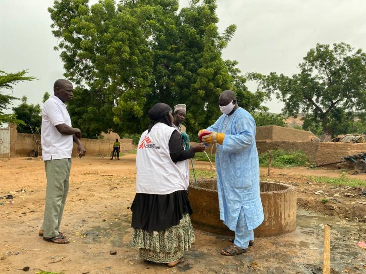 MSF y el servicio de higiene del distrito de Konni (Tahoua) realizando trabajos de desinfección con una solución a base de agua y ácido hipocloroso.