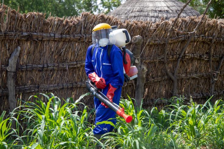 Un agente de agua, higiene y saneamiento realizando una desinfección de viviendas en una comunidad ubicada en el distrito de Magaria (Zinder).
