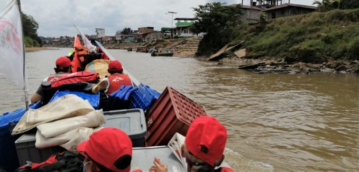 Un equipo móvil de MSF se acerca al pueblo de Magui Payan en Nariño, Colombia. La mayoría de los viajes en esta región de tierras bajas se realiza por río.