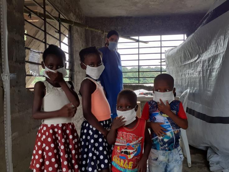 Niños y niñas esperan una consulta médica gratuita con el médico de Médicos Sin Fronteras en Nariño, Colombia.