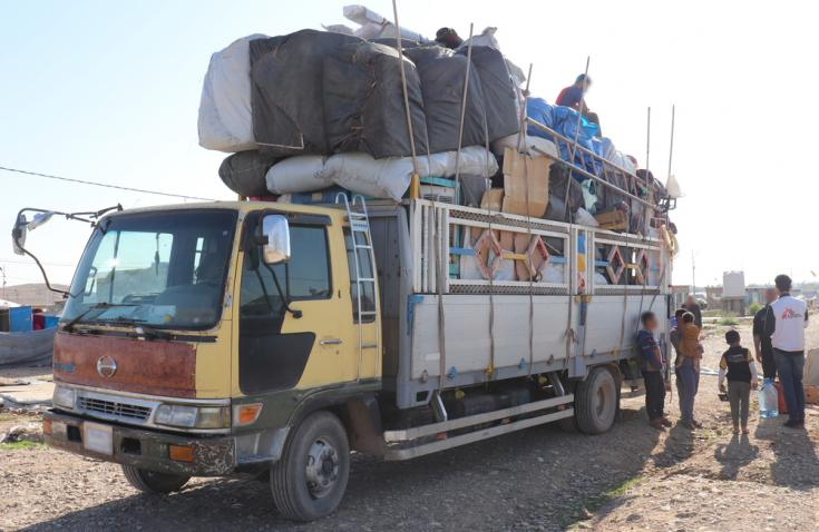 Campo de Laylan, Irak: se pide a los desplazados internos que carguen sus pertenencias en camiones proporcionados por las autoridades como parte del cierre del campo.