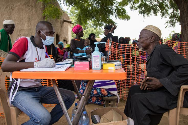 Un adulto mayor realiza una consulta en el centro médico de MSF en el centro de Mali, donde la gente huyó en busca de refugio debido a los ataques mortales en las aldeas.