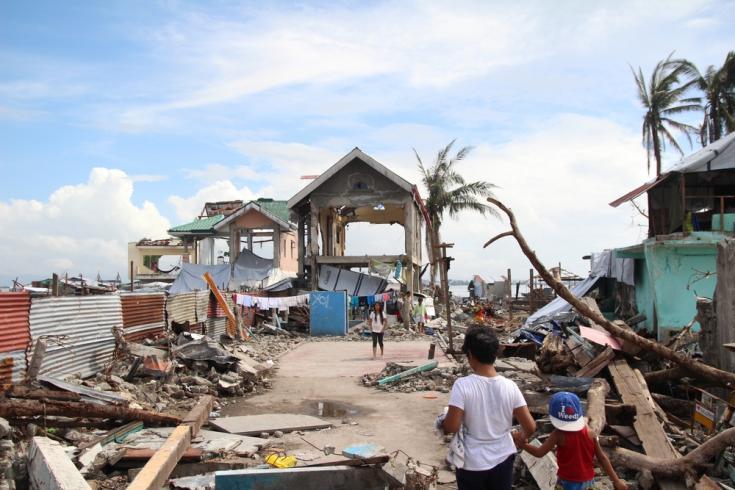 Escombros en la zona del paseo marítimo de Tacloban, un mes después del tifón Haiyan en Filipinas.