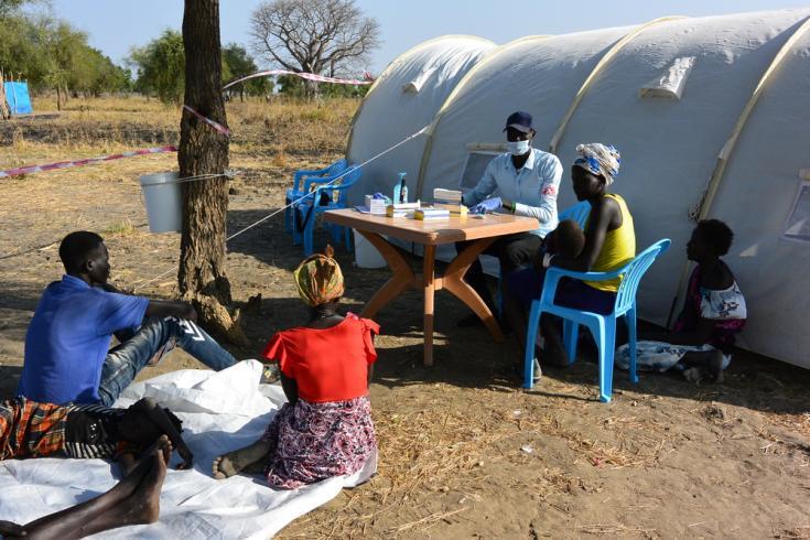 Un equipo de MSF establece una clínica móvil en Riang, estado de Jonglei. En seis días, atendieron consultas médicas para casi 800 personas.