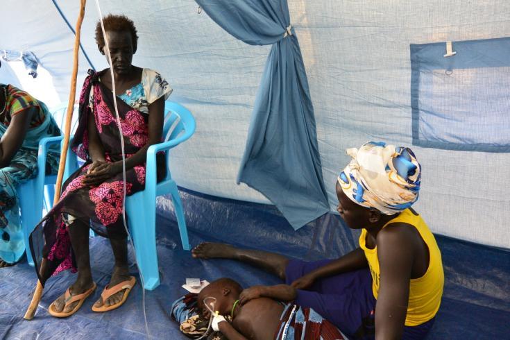 Nyadeng Wal espera a que su nieto de dos años de edad con malaria grave sea estabilizado en la clínica móvil de MSF en Riang, estado de Jonglei.
